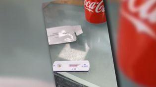 Capture d'écran d'une vidéo où l'on voit un homme faire un test Covidavec quelques gouttes de soda. (CATPURE ECRAN)