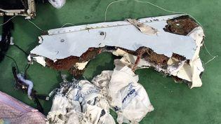 Débris de l'Airbus A320d'EgyptAir,repêché en mer par l'armée égyptienne en Méditerranée, le 20 mai 2016. (PORTE-PAROLE DE L'ARMEE EGYPTIENNE / AFP)
