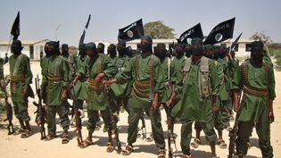 Des shebab, combattants islamistes somaliens, dans un village près de Mogadiscio (Somalie), le 17 février 2011. (ABDURASHID ABDULLE / AFP)
