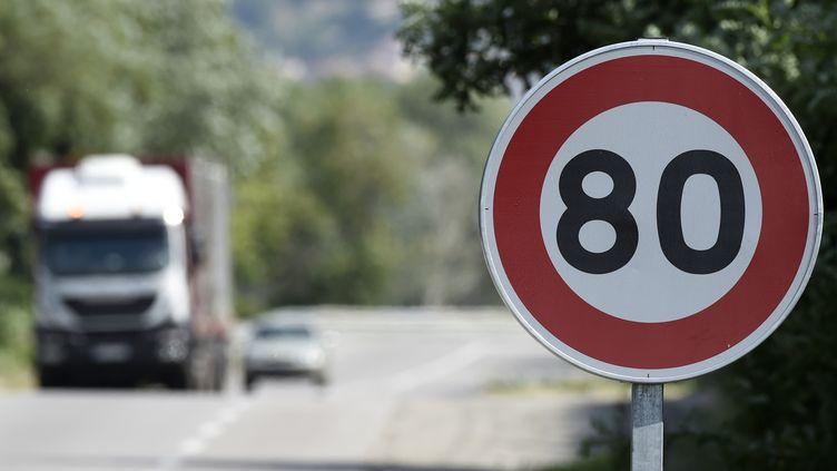 Un panneau de limitation à 80 km/h sur la N7, entre Gervans et Tain-l'Hermitage (Drôme), le 2 juillet 2015. (PHILIPPE DESMAZES / AFP)