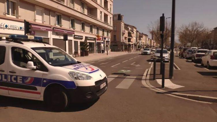 L'un des lieux de l'attaque à Romans-sur-Isère. (EMMANUEL CHAMPALE / RADIO FRANCE)