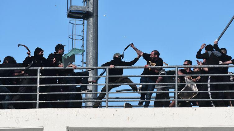 Les violences entre supporters du PAOK Salonique et de l'AEK Athènes avant la finale de la Coupe de Grèce.  (SAKIS MITROLIDIS / AFP)