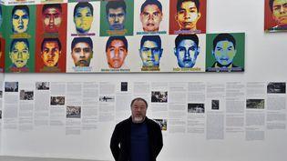 L'artiste chinois Ai Weiwei pose devant ses portraits en Lego d'étudiants mexicains disparus, le 11 avril 2019 au Musée universitaire d'art contemporain de Mexico.  (Alfredo Estrella / AFP)
