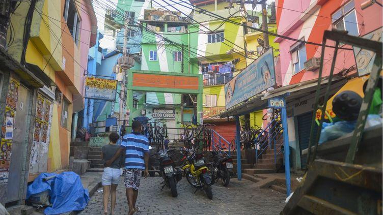 Dans la favela de Santa Marta, au cœur de Rio de Janeiro (Brésil), le 5 juillet 2013. (LUCIANA WHITAKER / ANADOLU AGENCY / AFP)