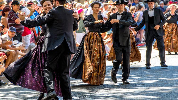 Des danses en couple pendant la grande parade du Festival Interceltique de Lorient le 5 août 2018. (MAUD DUPUY / HANS LUCAS)