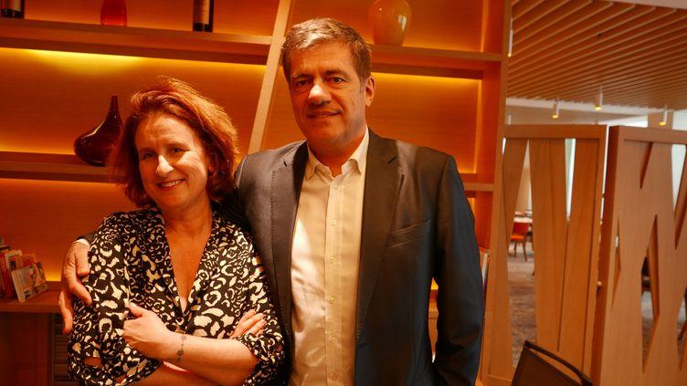 """Hélène Ferrer et Eric Salvatdans le lobby de l'hôtel Novotel Warszawa Centrum:""""Les jeunesont moins d'engagement. Ils viennent à nos événements mais pas systématiquement et pas seulement"""" (Photo Emmanuel Langlois)"""