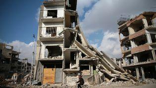 Un immeuble effondré à Douma,dans la banlieue est de Damas, le 30 décembre 2016. (BASSAM KHABIEH / REUTERS)