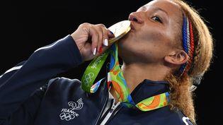 La Française Estelle Mossely pose sur le podium après sa médaille d'or en boxe, le 19 août 2016 à Rio. (YURI CORTEZ / AFP)
