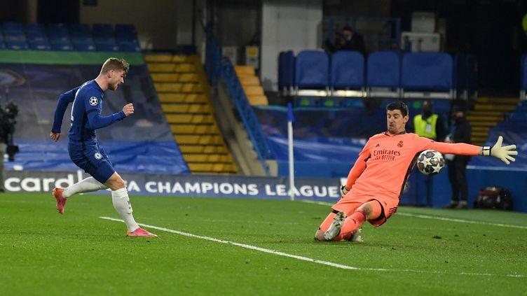 L'attaquant de Chelsea Timo Werner prend le meilleur à Stamford Bridge sur Thibaut Courtois (Real Madrid), le 5 mai 2021. Si ce but est refusé pour hors jeu, l'Allemand est bien le premier buteur du soir, quelques minutes après cette action. (GLYN KIRK / AFP)