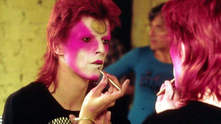David Bowie setransforme en Ziggy Stardust au cours d'une séance maquillage, en mai 1973. (R BAMBER / REX FEATURES / SIPA)