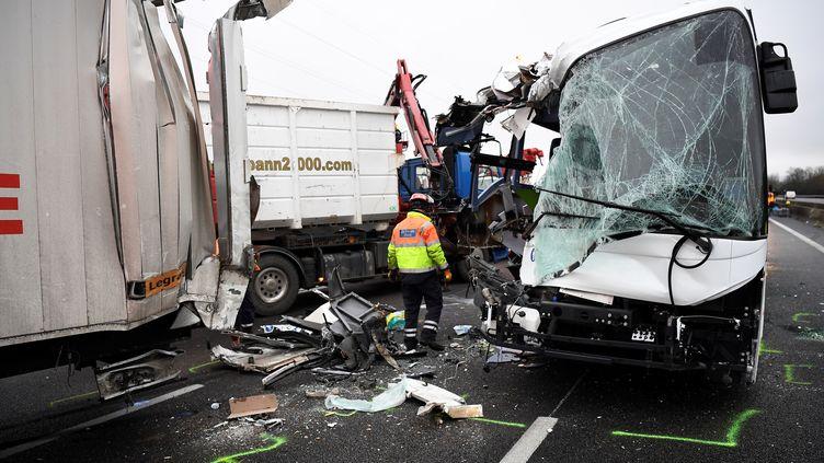 Un accident a fait 65 blessés sur l'autoroute A13, près d'Epone (Yvelines), le 30 janvier 2017. (LIONEL BONAVENTURE / AFP)
