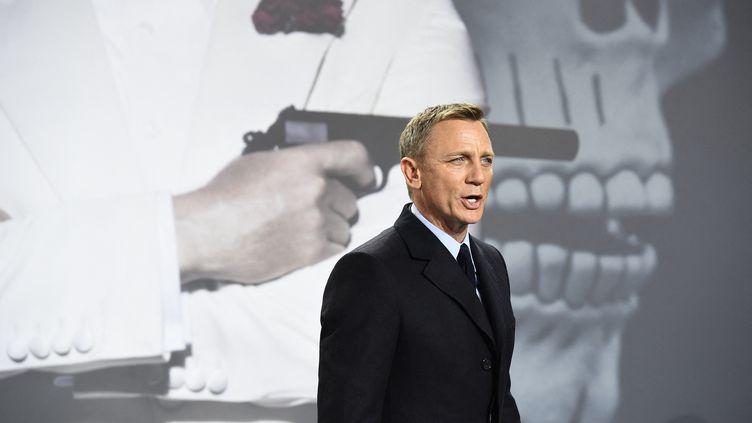 L'acteur Daniel Craig pose devant le photocall du film Spectre, le 28 octobre 2015 à Berlin, en Allemagne (TOBIAS SCHWARZ / AFP)