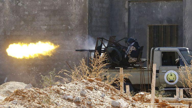 Un combattant fidèle au gouvernement libyen reconnu internationalement (GNA) fait feu lors d'affrontements avec les forcesde Khalifa Haftar à Ain Zara, dans la banlieue de Tripoli, le 7 septembre 2019. (MAHMUD TURKIA / AFP)