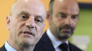 Le ministre de l'Education Jean-Michel Blanquer et le Premier ministre Edouard Philippe dans une école à Clichy (Hauts-de-Seine), le 2 septembre 2019. (BERTRAND GUAY / AFP)