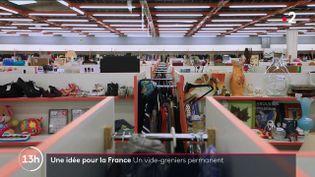 C'est une nouvelle façon de vendre ou acheter des meubles d'occasion, autre que sur les brocantes : les vide-greniers permanents. C'est un entrepôt qui loue des stands et qui vend vos fournitures à votre place. Illustration à Provins (Seine-et-Marne). (CAPTURE ECRAN / 13H15 / FRANCE 2)