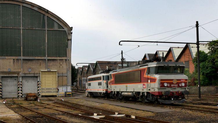 Locomotive en attente de désamiantage à Oullins (Rhône), le 11 octobre 2006. (MAXPPP)