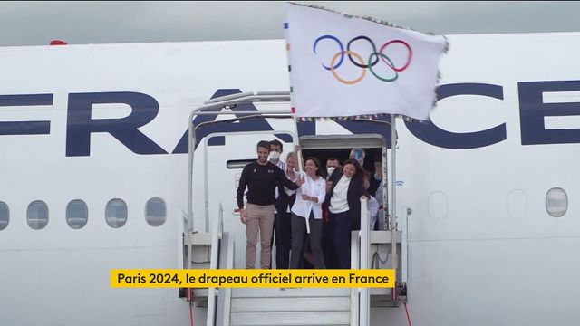 Le voilà ! Le drapeau officiel des Jeux olympiques est en France, et ce pour les 3 prochaines années.Anne Hidalgo et Tony Estanguet lui font humer le bon air français pour la première fois depuis 1924.