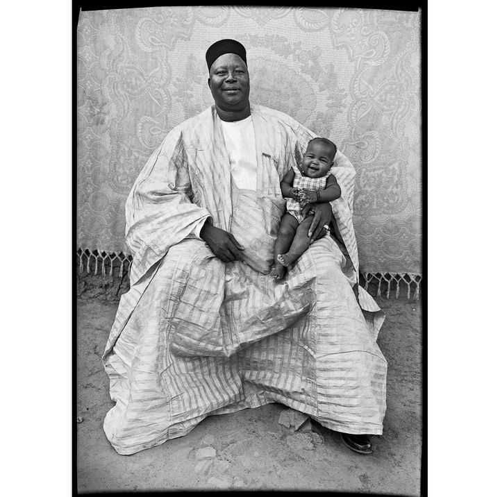 Seydou Keïta, Sans titre, 1949-1951, Tirage argentique moderne réalisé en 1998 sous la supervision de Seydou Keïta et signé par lui, Genève, Contemporary African Art Collection  (Seydou Keïta / SKPEAC / photo courtesy CAAC – The Pigozzi Collection, Genève)