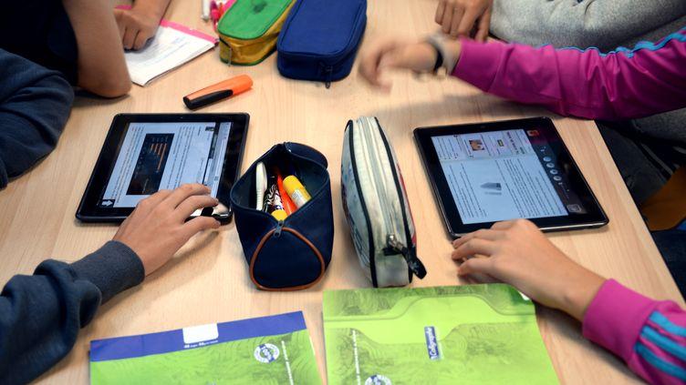 Elèves d'un collège de Saint-Brieuc travaillant avec leurs tablettes le 12 septembre 2013. (DAMIEN MEYER / AFP)