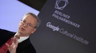 Eric Schmidt, le président exécutif d'Alphabet, la maison mère de Google, donne une conférence à Berlin (Allemagne), le 1er décembre 2015. (RAINER JENSEN / DPA / AFP)