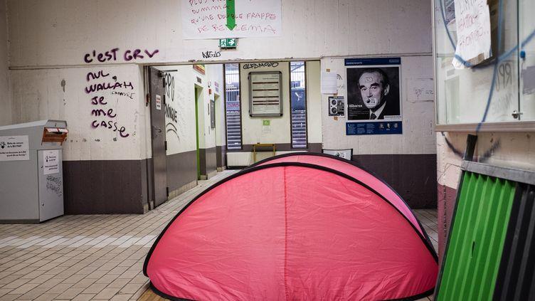 Le 9 avril, des occupants dorment dans une tente, à Tolbiac. (TRISTAN REYNAUD/SIPA)