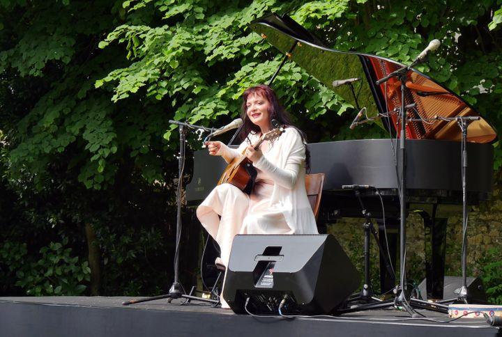Elina Duni au chant et à la guitare, à Coutances (31 mai 2019) (Annie YANBEKIAN)