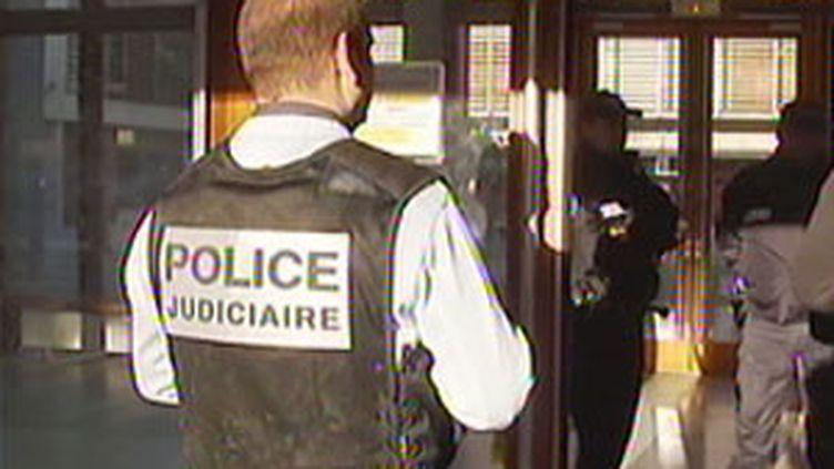 Lers policiers devant la faculté de Perpigan après le meurtre d'une secrétaire de l'établissement le 13 janvier 2009 (France 2)