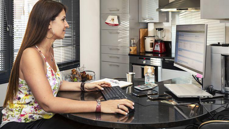 En télétravail, il est primordial de s'aménager un espace le plus ergonomique possible pour éviter les douleurs (photo d'illustration). (BRUNO DE HOGUES / ONLY FRANCE / AFP)
