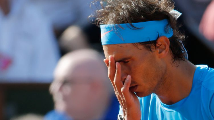 L'Espagnol Rafael Nadal en difficulté lors de son quart de finale de Roland-Garros contre Novak Djokovic, le 3 juin 2015. (VINCENT KESSLER / REUTERS)