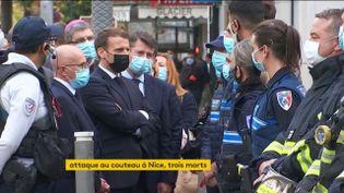 Emmanuel Macron rencontre des policiers à Nice (Alpes-Maritimes) après l'attaque qui a fait trois morts, le 29 octobre 2020. (FRANCEINFO)