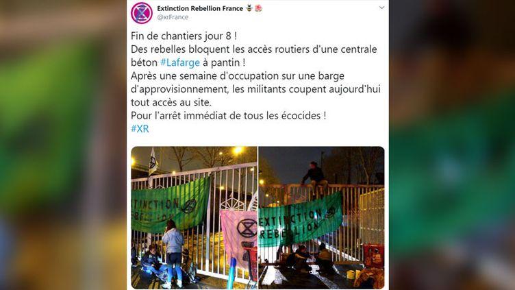 Des militants de l'association Extinction Rebellion ont de nouveau réalisé une opération devant le site du cimentier Lafarge, à Pantin (Seine-Saint-Denis). (CAPTURE D'ÉCRAN TWITTER)