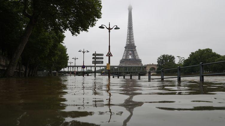 Les quais de Seine inondés à Paris le 2 juin 2016. (KENZO TRIBOUILLARD / AFP)