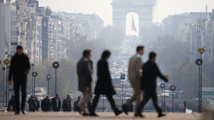 L'arc de Triomphe vu de l'esplanade de la Défense, lors du pic de pollution du 27 mars 2014 à Paris. (CHARLES PLATIAU / REUTERS)