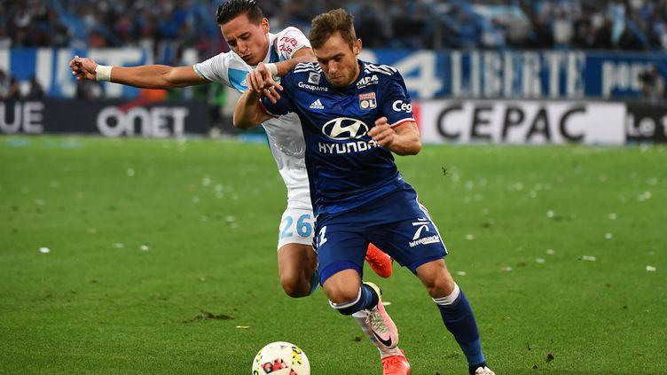 Maciej Rybus (en bleu) au duel avec le Marseillais Florian Thauvin.  (BORIS HORVAT / AFP)