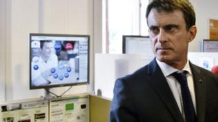 Manuel Valls lors de la visite d'un Pôle Emploi, àSaint-Jean-de-Braye (Loiret), le 1er avril 2016. (ALAIN JOCARD / AFP)