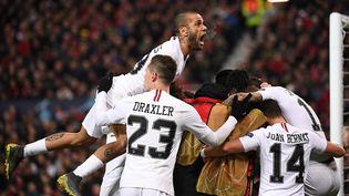 Les joueurs du PSG célèbrent le deuxième but de Kylian Mbappé, le 12 février 2019, à Old Trafford, le stade de Manchester United. (FRANCK FIFE / AFP)