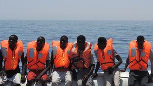 """Des migrants sont secourus par le bateau """"Aquarius"""" en mer Méditerranée, le 27 juin 2017. (LENA KLIMKEIT / AFP)"""