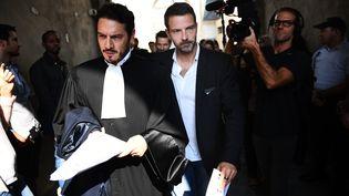 Jérôme Kerviel (à droite) et son avocat, David Koubbi, après la décision de la cour d'appel de Versailles (Yvelines), le 23 septembre 2016. (MARTIN BUREAU / AFP)