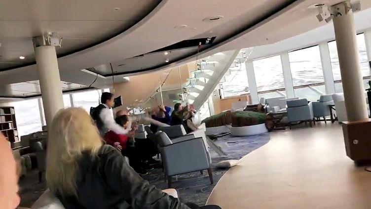 """Capture d'écran d'une vidéo montrant les passagers du paquebot de croisière """"Viking Sky"""" en difficulté au large de la Norvège, samedi 23 mars. (SOCIAL MEDIA / REUTERS)"""