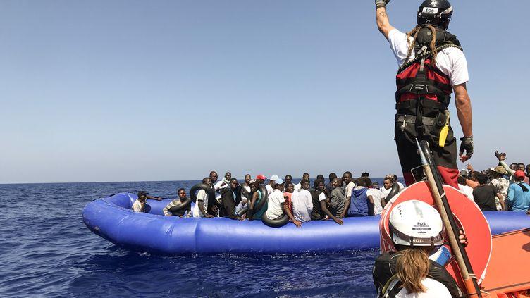 """Des membres d'équipage du navire """"Ocean Viking"""" s'apprêtent à secourir des migrants au large de la Libye, le 11 août 2019. (ANNE CHAON / AFP)"""