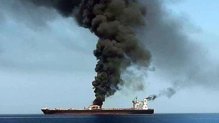 Un pétrolier a été évacué après une attaque non identifiée dans le golfe d'Oman, entre l'Iran et les Emirats arabes unis, le 13 juin 2019. (HO / IRIB TV)