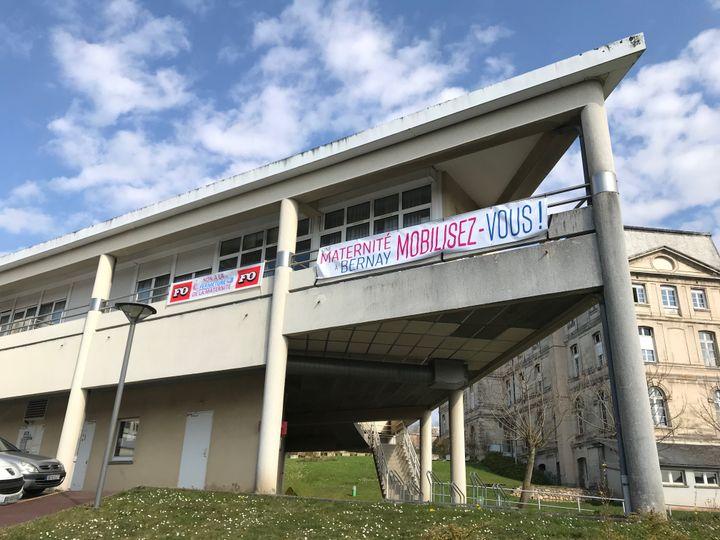 Une banderole pour défendre la maternitéà Bernay, dans l'Eure, en mars 2018. (ARIANE GRIESSEL / FRANCEINFO)