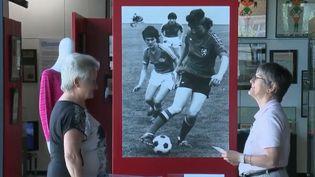 Dimanche 23 juin, les Bleues se sont qualifiées pour les quarts de finale face aux Brésiliennes. Pour l'occasion, les équipes de France 2 rendent hommage aux pionnières du football féminin qui jouaient il y a plus de 50 ans et confient aujourd'hui leurs souvenirs. (FRANCE 2)