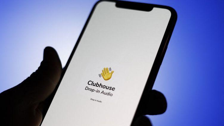 Une photo d'illustration de l'application Clubhouse, en 2021. (JAAP ARRIENS / NURPHOTO / AFP)