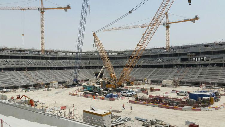 Alors que le blocus des voisin du Qatar n'avait pas interrompu la construction des stades pour la prochaines coupe du monde de football 2002, le virus a contraint les organisateurs à suspendre les travaux. (CHRISTIAN CHESNOT / RADIO FRANCE)