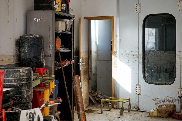 L'intérieur du garage Scandola, où l'eau est montée jusqu'à 1,4 m de hauteur, après le passage de la tempête Alex, en octobre 2020. (FM / FRANCEINFO)