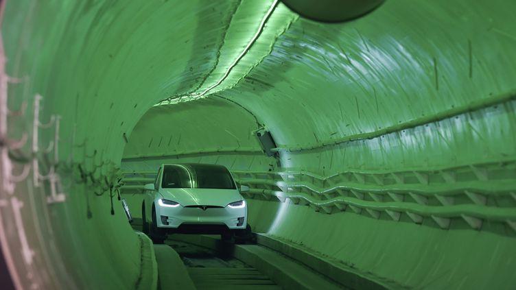 Une Tesla Model Xlancée dans un tunnel creusé par la Boring Company d'Elon Musk, présentée près de Los Angeles (Californie, Etats-Unis), le 18 décembre 2018. (ROBYN BECK / AFP)