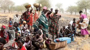 Des femmes et des enfants attendent d'être pris en charge par Médecins sans Frontières à Thaker (Soudan du Sud), le 20 mars 2017. (SIEGFRIED MODOLA / REUTERS)