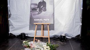 Une photo de Samuel Paty lors de la marche blanche en son honneur, mardi 20 octobre 2020 à Conflans-Sainte-Honorine (Yvelines). (NICOLAS PORTNOI / HANS LUCAS / AFP)