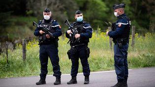 Des gendarmes déployés dans la traque de l'homme de 29 ans recherché après un double meurtre dans une scierie, près du village de Saumane, dans le Gard, le 13 mai 2021. (CLEMENT MAHOUDEAU / AFP)